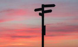 Yön tabelası, günbatımı